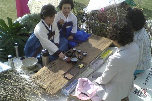 http://www.korean-arts.com/images/about%20tea%20serving%204x6.jpg
